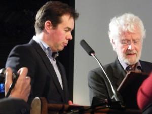 Gert Jan Pos geeft Jan Kruis de allereerste Marten Toonderprijs.