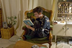 Ludwig leest een deel uit de Eilanden-reeks.
