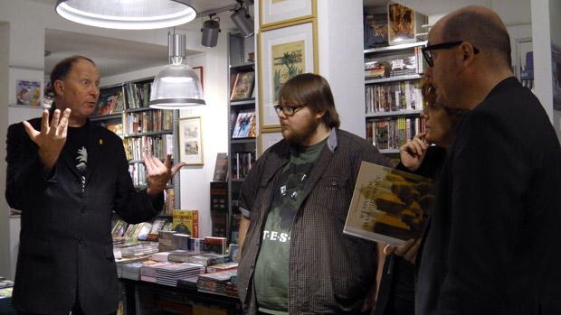 Hans Duncker vertelt, Kenny en Lectrr luisteren aandachtig.
