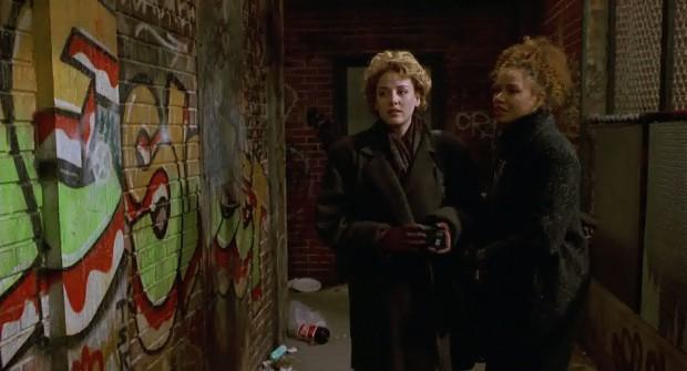 De onderzoeksters en een stukje kleurrijke graffiti.