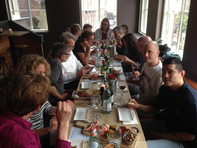 'Aan tafel!' zou Van Nieuwkerk zeggen. Etjentje met gasten en crew van de Stripdagen.