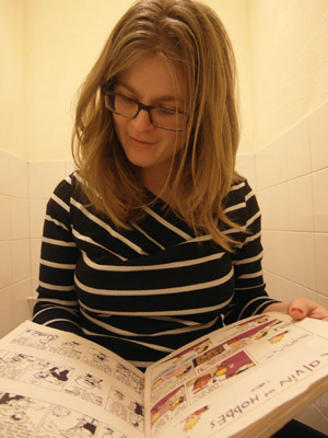 Hedwig leest 'Calvin and Hobbes' op de wc.