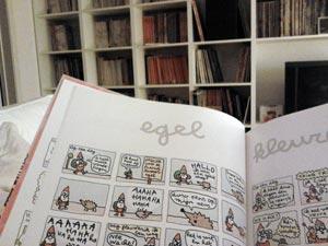 Wouter heeft het Grote Kabouter Wesley Boek op schoot met op de achtergrond zijn stripkast.