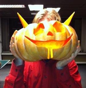 Tussen het lezen van The Authority door snijdt Luuk halloweenpompoenen .