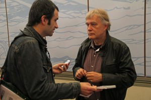 Minneboo in gesprek met Hec Leemans (rechts). Foto copyright Daniel Fouss.