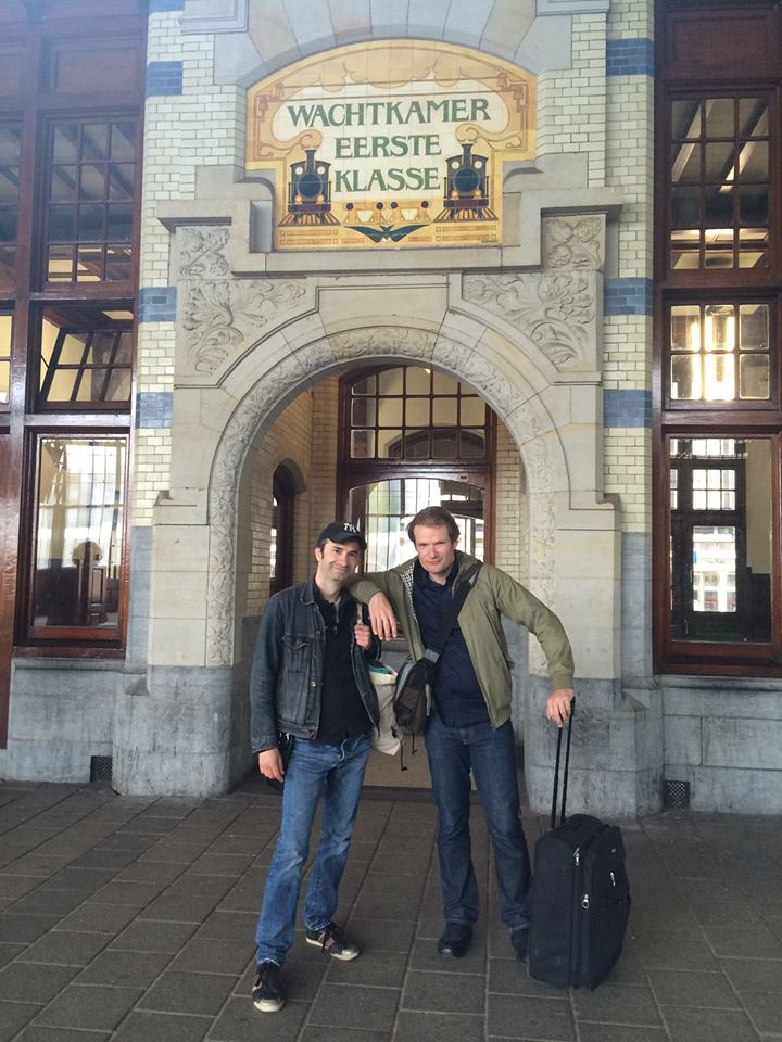 Minneboo en Nieuwenhuis hangen rond op Station Haarlem. Foto: Anneke Claus.