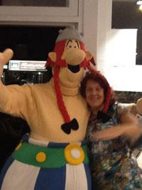 Obelix naast Jeanet Scheepers van Het Beeldverhaal Amsterdam.