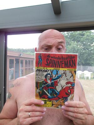 Peter leest Spider-Man.