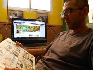 Santiago neemt even pauze van zijn Facebookpagina en leest Kuifje.