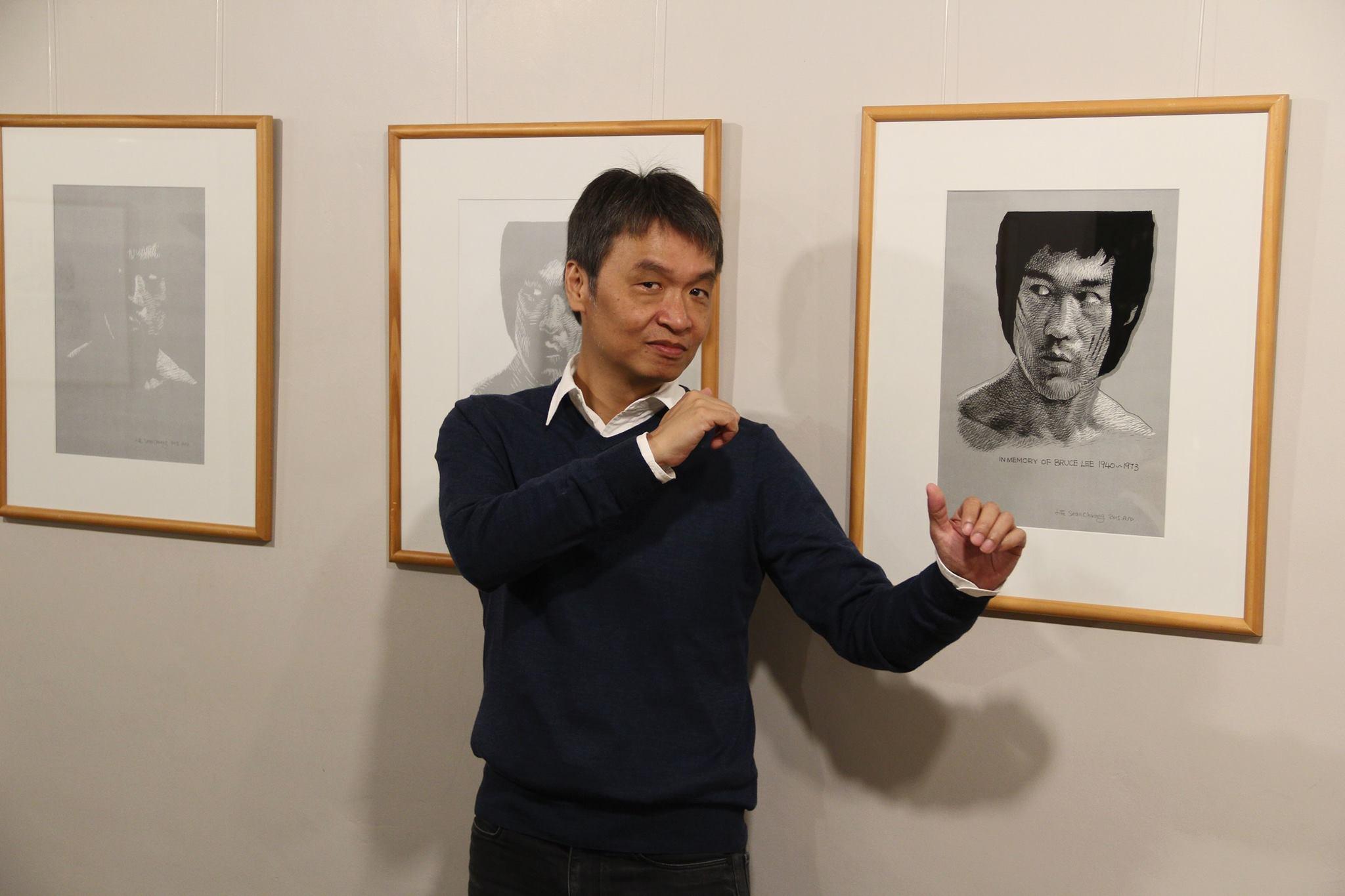 Sean Chuang met zijn held Bruce Lee. © Belgisch Stripmuseum.