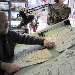 Stripmaker John Byrne aan het werk